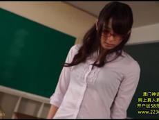 教室で生徒に痴女って失禁ファックに持ち込んだビッチ女教師w