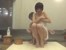 男子大学生が初対面で混浴温泉に二人っきり!欲求不満な奥さんとやりまくりw